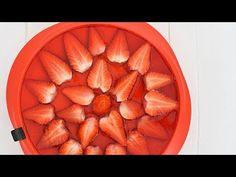 Sprawdzony przepis na sernik na zimno z mascarpone, galaretką i truskawkami od MniamMniam.com 😋 Smacznie, szybko i tanio. Gotuj razem z nami krok po kroku! Apple Pie, Asia, Sweet, Desserts, Food, Candy, Tailgate Desserts, Deserts, Essen
