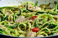 "Terapia do Tacho: ""Zoodles"" (noodles de courgette) Asiáticos com peru... / Asian style zoodles with turkey strips..."