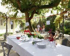 Dejeune du dimanche en famille dans le jardin.