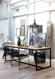 Chaise noire et table à manger en bois                                                                                                                                                                                 Plus