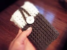 ♡ How To: Crochet Phone Case. ♡ Please read below for more details & tips! Yarn used: Red Heart & Vannas Choice Lion Brand acrylic Weight: Worsted 4 Hook Size: . -This pattern can be used with any type of yarn, however, for best results as Crochet Phone Cover, Crochet Case, Crochet Hook Set, Crochet Gifts, Diy Crochet, Crochet Rugs, Crochet Purses, Irish Crochet, Cell Phone Pouch