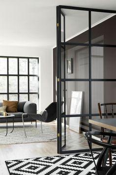 verriere loft dans la maison contemporaine avec mur noir et tapis blanc noir