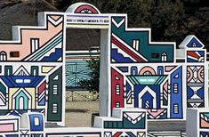 ndebele houses - Google Search African Hut, African Tribes, African American Artwork, Geometric Painting, Geometric Shapes, Traditional Artwork, Thinking Day, African Design, Mural Art