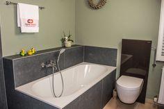 klassieke badkamer met ligbad en inloopdouche
