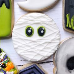 Simple, yet effective. My favorite! Remember that you don't have to make super fancy and complicated designs 💕 min ⏩ 34 sec] . Fall Cookies, Iced Cookies, Cut Out Cookies, Cute Cookies, Holiday Cookies, Halloween Snacks, Soirée Halloween, Halloween Cookies Decorated, Halloween Sugar Cookies