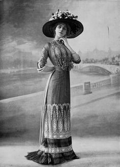 les-modes: Dinner dress by Laferriére. Photo by Félix, Les Modes July 1900s Fashion, Edwardian Fashion, Vintage Fashion, Fashion Women, Belle Epoque, Edwardian Dress, Edwardian Era, Historical Costume, Historical Clothing