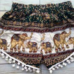 Pom pom Shorts Elephants Boho Print Summer by TribalSpiritShop (Diy Ropa Boho) Hippie Man, Hippie Style, My Style, Ethnic Style, Boho Style, Bici Retro, Pom Pom Shorts, Estilo Hippy, Summer Outfits