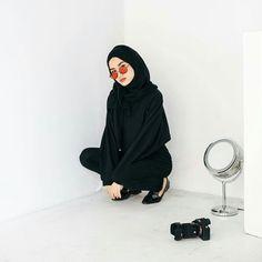 Fame Dubai Home - FameDubai Magazine Modest Fashion, Hijab Fashion, Fashion Outfits, Simple Ootd, Modern Hijab, Casual Hijab Outfit, Girl Hijab, How To Pose, Muslim Women