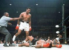 De scheidsrechter houdt Ali tegen nadat hij zijn uitdager Sonny Liston in de eerste ronde van hun titelgevecht knock-out heeft geslagen.