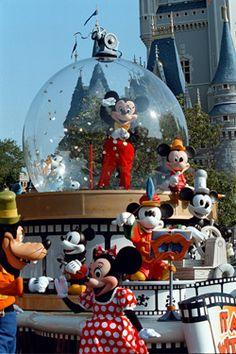 Walt Disney World / Magic Kingdom Parade Magic Kingdom Parade, Disney World Magic Kingdom, Kingdom 3, Disney Dream, Disney Fun, Walt Disney, Disney Theme, Disney World Theme Parks, Disney World Vacation