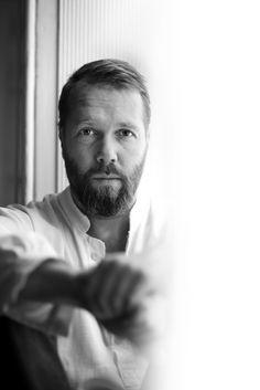 Anders Rønnow Klarlund (født 1971) er tidligere filminstruktør og manuskriptforfatter. Han har instrueret fem spillefilm, blandt andet Strings der er solgt til det meste af verden, og senest The Secret Society of Fine Arts. Han debuterede som forfatter i 2009 med romanen De hengivne, en fortælling med selvbiografiske elementer – og en historie hvor han slår sig selv, filminstruktøren, ihjel.