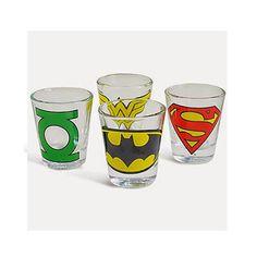 Este conjunto vem com 4 copos de shot, 50ml, cada um com o símbolo de um dos super Heróis da DC Comics - Super Homem, Batman, Mulher Maravilha e Lanterna Verde. Quem sabe seu super herói não te dá uma dose extra de super poderes para você VIRAR o SHOT do seu drink preferido!