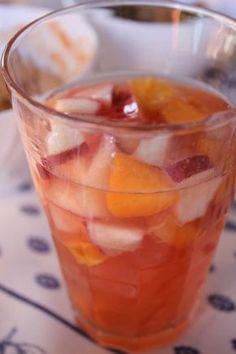Laissons entrer le soleil! Ou faisons-le venir en fonction s'où on se trouve! :-) Ingrédients pour 4 personnes: 1,5 L de vin rosé 1 cannette de Fanta agrum