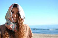 ¿Mucho calor para una bufanda y demasiado fresquito para llevar al aire tu preciado cuello? Aquí está la solución, ¡¡cuellos con capucha!!, además, son reversibles para que los puedas combinar con más ropa!!