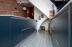Muebles de diseño combinando a la perfección con el suelo de estilo más clásico.