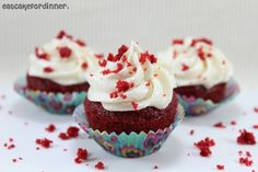 Eat Cake For Dinner: Un tazón de fuente Mini Red Velvet Cupcakes con glaseado de vainilla batida. TKPR                                                                                                                                                                                 Más