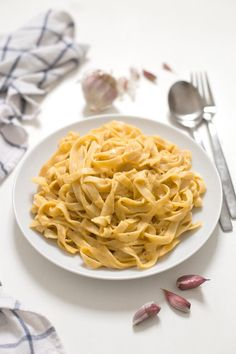This vegan pumpkin Alfredo is super creamy, lighter than the traditional one, so simple and is ready in less than 20 minutes! Pasta Alfredo Receta, Vegan Alfredo, Vegan Vegetarian, Vegetarian Recipes, Vegan Food, Raw Food Recipes, Healthy Recipes, Healthy Pizza, Healthy Cooking