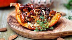 Z dýní nemusíte připravovat jen krémové polévky. Skvěle jsou pečené naslano, ale i nasladko – například s ořechy a medem!