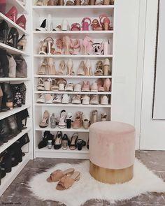 Una stanza solo per le scarpe ✨ Piccola o grand che sia, la cabina armadio è il sogno di tanti! Innanzitutto bisogna trovare il modo giusto per organizzare ogni abito e poi si può passare alla decorazione. Pouf, poltrone, tappeti morbidi e luci chiare non possono mancare! 📸 @graziaventrella // Guardaroba Idee Casa Interior Design Moda Fashion Armadio Camera letto Muro Parete Organizzazione Ordine #cabinaarmadio