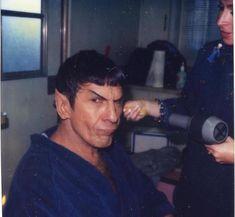 Leonard Nimoy getting his hair done by Silvia Abascal. Star Trek Starships, Star Trek Enterprise, Star Trek Voyager, Vulcan Star Trek, Star Trek 1, Star Trek Original Series, Star Trek Series, Star Trek Tattoo, Star Trek Characters