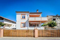 €152 Apartmán Božena sa nachádza v meste Nin, 15 km od Zadaru. Mesto Novalja je vzdialené 42 km. Priamo na mieste je k dispozícii bezplatné súkromné parkovisko.