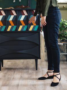 Meuble inspiré du designer Missoni // Refurbished furniture inspired by designer Missoni #meublesrevalorises #anniesloanchalkpaint #chevron #multicolors #midcenturymodern #aubecreations
