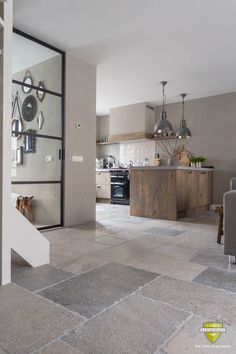 Bourgondische dallen natuursteen vloer in Gouda - Franse kalksteen vloer. Verkrijgbaar bij Kersbergen.nl Freestanding Kitchen, Modern Architecture House, Piece A Vivre, Living Styles, Home And Living, Decor Interior Design, Wall Tiles, Future House, Kitchen Remodel
