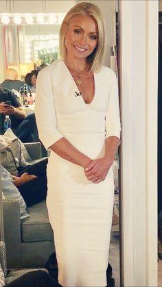 Kelly Ripa in her own white Victoria Beckham dress. Kelly Fashion, Live Fashion, Women's Fashion, Medium Hair Cuts, Medium Hair Styles, Kelly Ripa Hair, Line Bob Haircut, Pixie Haircut, Cut And Style