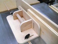 Je coupe une base et une face de cette chute de contreplaqué 3/4″ (18mm). I'm cutting a base and a fence from this 3/4″ (18mm) plywood scrap. Pour réaliser une feuillure au pied d…