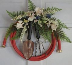 Country Primitive Garden hose wreath decorated with artificial ferns and flowers. - Country Primitive Garden hose wreath decorated with artificial ferns and flowers and rustic garden - Wreath Crafts, Diy Wreath, Door Wreaths, Wreath Ideas, Rustic Gardening Tools, Garden Tools, Rustic Gardens, Unique Gardens, Garden Crafts