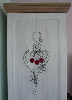Srdce+Srdce+je+vyrobeno+z+černého+žíhaného+drátu+lehce+tepaného+a+vitráživých+sklíček.+Sklíčka+jsou+zabroušená,+červené+barvy+s+perleťovým+potahem.+Výška+53+cm,+šířka+22cm.