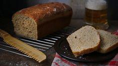 Dnešní tip na domácí pečivo voní pivem asmaženou cibulkou. Tu si můžete dozlatova orestovat doma nejlépe na sádle, nebo použít kupovanou. Recept je jednoduchý, tak se do něj pusťte aoslňte rodinu křupavou pochoutkou. Banana Bread, Food, Essen, Meals, Yemek, Eten
