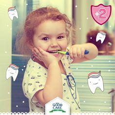 Cepillar los dientes de tu pequeño y ayudarlo a usar hilo dental son acciones esenciales para una sonrisa saludable. Llevar una dieta equilibrada también ayudará a que tu hijo tenga dientes y encías saludables.