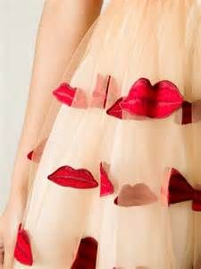 { Alice + Olivia Lip Detail Dress in Red | Lyst }