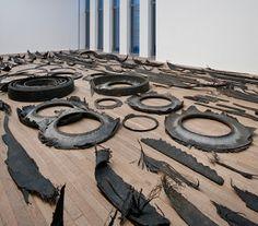 Chicotes, 2010, caoutchouc et aluminium, dimensions variables, vue de…