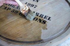 「薄い茶色の木材を、濃いヴィンテージ風に塗装したい!」という方は多いかと思います。実は、家庭に常備してある身近なものを使って、木材をヴィンテージ風にペイントできるんですよ♪それは、「お酢」と「スチールたわし」。この2つを使えば、専用のステインが簡単に手作りできるんです。100円ショップの商品をアンティーク風の家具のようなこげ茶色に加工できるので、DIYの幅が広がりますよ。ぜひ試してみてください。
