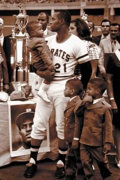 Roberto Clemente with his family Pirate Pictures, Baseball Pictures, Roberto Clemente, Pittsburgh Sports, Pittsburgh Pirates, Baseball Players, Baseball Cards, Puerto Rico History, Puerto Rican Culture
