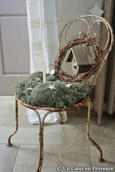En la típica silla que no se ocupa, poned hierba artificial y estrellitas con velas.... Podéis crear un buen lugar para el Adviento!