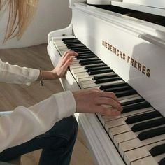 Cream Aesthetic, Music Aesthetic, Aesthetic Body, Aesthetic Girl, Studio Musica, Social Spirit, Piano Wallpaper, Le Piano, Piano Keys