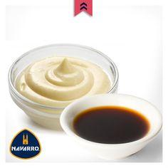 Una vez que tengas el surimi, pepino, cebolla y apio en un bowl el quinto paso es combinar con mayonesa y salsa de soya. Refrigera durante 20 minutos y retira. No olvides rectificar el sabor una vez que lo saques y sazona.