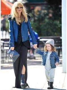 ブルーのジャケットでさりげなくリンク|レイチェル・ゾーの冬の親子ファッションにフォーカス