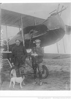 Deux aviateurs belges, le capitaine Jacquet (pilote) et le lieutenant Robins qui ont abattu 4 avions boches, le capitaine Jacquet a été décoré de la Légion d'honneur, croix de guerre française et belge et de l'Ordre de Léopold, et Robins de l'Ordre de la couronne et la croix de guerre belge et de l'Ordre russe de Saint-Stanislas : [photographie de presse] / [Agence Rol]
