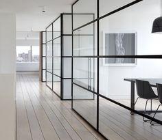 Stalen kozijnen toegepast als scheidingswand in kantoorpand. (glas wanden)