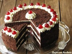 Bardzo smaczny i efektowny tort dla dorosłych z masą śmietanową, wiśniami z alkoholu. Przygotowałam go na 3 urodziny Akademii Kulinarnej Whi...