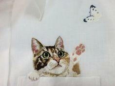 Hiroko Kubota espalha estilo e criatividade ao bordar gatinhos e pets expressivos nos bolsos de camisas. A artista japonesa virou uma verdadeira febre!