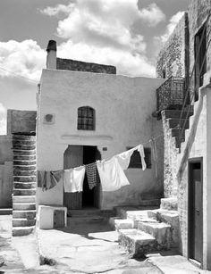 Μπουγάδα στη Σκύρο το 1967.φωτ.Τάκης Τλούπας Open Shutters, Greece History, Alfred Stieglitz, Vintage Photos, Greek, Artwork, Photographers, Retro, Frases