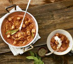 Gulasch hat normalerweise eine sehr lange Kochzeit. Mit Wurst zubereitete ist es ruck-zuck fertig und schmeckt mindestens genau so gut.