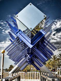 """""""Aggressive Xpansion"""" ist eine vom Planeten Neptun inspirierte Großskulptur aus 20 Tonnen feuerverzinktem Stahl. Es ist das dritte Werk der Kunstreihe """"Planet Ferrovia"""" des spanischen Künstlers Viktor Ferrando."""