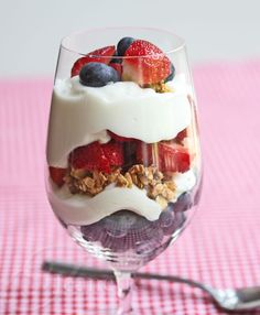 Yogurt Berry Parfait via @Jeanette | Jeanette's Healthy Living #4thofJuly #breakfast