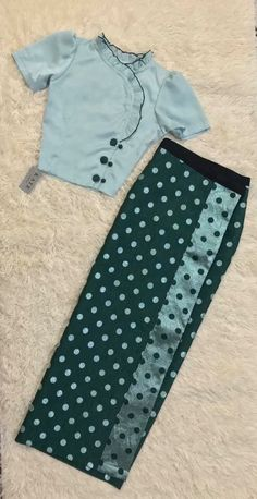 Stylish Blouse Design, Sari Blouse Designs, Designer Blouse Patterns, Fancy Blouse Designs, Traditional Dresses Designs, Myanmar Dress Design, Look Cool, Cheongsam, Sarees